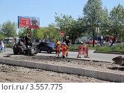 Купить «Ремонт дорожного полотна на улице Абаканской в Минусинске», фото № 3557775, снято 1 июня 2012 г. (c) Виталий Матонин / Фотобанк Лори