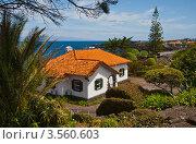 Купить «Белый домик с черепичной крышей», фото № 3560603, снято 2 мая 2012 г. (c) Юлия Бабкина / Фотобанк Лори