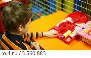 Купить «Мальчик играет в настольную игру», видеоролик № 3560883, снято 17 апреля 2009 г. (c) Losevsky Pavel / Фотобанк Лори