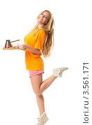 Купить «Девушка в оранжевой футболке несет завтрак на подносе», фото № 3561171, снято 27 июля 2011 г. (c) Коваль Василий / Фотобанк Лори