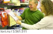 Купить «Молодые родители в супермаркете», видеоролик № 3561511, снято 20 ноября 2009 г. (c) Losevsky Pavel / Фотобанк Лори