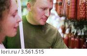 Купить «Молодые родители в супермаркете выбирают колбасные изделия», видеоролик № 3561515, снято 20 ноября 2009 г. (c) Losevsky Pavel / Фотобанк Лори