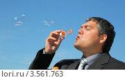 Купить «Мужчина в костюме пускает мыльные пузыри на фоне голубого неба», видеоролик № 3561763, снято 3 декабря 2009 г. (c) Losevsky Pavel / Фотобанк Лори