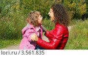 Купить «Молодая женщина играет с девочкой в парке», видеоролик № 3561835, снято 11 декабря 2009 г. (c) Losevsky Pavel / Фотобанк Лори