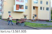 Купить «Мальчик учится кататься на роликах во дворе», видеоролик № 3561935, снято 24 декабря 2009 г. (c) Losevsky Pavel / Фотобанк Лори