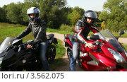 Купить «Два мотоциклиста сидят на мотоциклах в шлемах в летнем парке», видеоролик № 3562075, снято 8 декабря 2009 г. (c) Losevsky Pavel / Фотобанк Лори