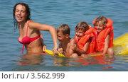 Купить «Мама с тремя детьми в спасательных жилетах на надувном матрасе в море», видеоролик № 3562999, снято 25 января 2010 г. (c) Losevsky Pavel / Фотобанк Лори