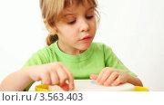 Купить «Маленькая девочка играет с разноцветными кнопками на белом фоне», видеоролик № 3563403, снято 2 января 2010 г. (c) Losevsky Pavel / Фотобанк Лори