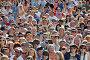 Толпа зрителей на открытии Российского кинофестиваля «Кинотавр» 3 июня 2012 года, Сочи, Россия, фото № 3566023, снято 3 июня 2012 г. (c) Анна Мартынова / Фотобанк Лори