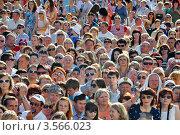 Купить «Толпа зрителей на открытии российского кинофестиваля «Кинотавр» 3 июня 2012 года, Сочи, Россия», фото № 3566023, снято 3 июня 2012 г. (c) Анна Мартынова / Фотобанк Лори