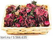 Сухие лепестки красных цветов в плетёной корзинке, белый фон. Стоковое фото, фотограф Инна Шевелёва / Фотобанк Лори
