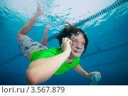 Молодой парень говорит по телефону под водой в бассейне. Стоковое фото, фотограф Сергей Новиков / Фотобанк Лори