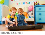 Купить «Мальчик и девочка играют на пианино в детской комнате», фото № 3567931, снято 12 февраля 2012 г. (c) Сергей Новиков / Фотобанк Лори