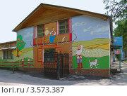 Купить «Рязань. Фасад дома, расписанный на тему сельской жизни», эксклюзивное фото № 3573387, снято 6 мая 2012 г. (c) Илюхина Наталья / Фотобанк Лори