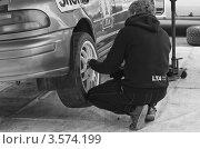Купить «Техническое обслуживание автомобиля. Чёрно-белое фото», эксклюзивное фото № 3574199, снято 21 апреля 2012 г. (c) Алёшина Оксана / Фотобанк Лори