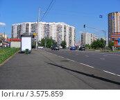 Купить «Виды района Новокосино. Автобусная остановка на Новокосинской улице. Москва», эксклюзивное фото № 3575859, снято 5 июня 2012 г. (c) lana1501 / Фотобанк Лори