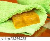 Мыло и зеленое полотенце на столе. Стоковое фото, фотограф Григорий Иваньков / Фотобанк Лори
