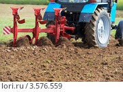 Трактор плугом пашет землю. Стоковое фото, фотограф Дмитрий Калиновский / Фотобанк Лори