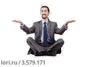 Бизнесмен сидит скрестив ноги и развел руки в стороны ладонями вверх. Стоковое фото, фотограф Elnur / Фотобанк Лори