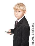 Мальчик с мобильным телефоном. Стоковое фото, фотограф Верстова Арина / Фотобанк Лори