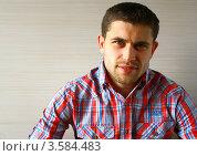 Портрет красивого молодого мужчины в красной клетчатой рубашке. Стоковое фото, фотограф Оленька Винник / Фотобанк Лори