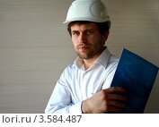 Портрет инженера в каске с документами в руках (2012 год). Редакционное фото, фотограф Оленька Винник / Фотобанк Лори