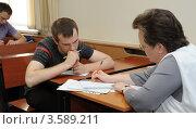 Летняя сессия в вузе. Студент сдает экзамен преподавателю. (2012 год). Редакционное фото, фотограф Юрий Пирогов / Фотобанк Лори