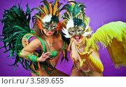 Девушки в карнавальных костюмах в масках с перьями в студии. Стоковое фото, фотограф Эльмира Капкаева / Фотобанк Лори