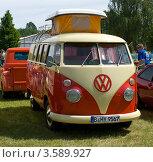 Купить «Микроавтобус Volkswagen Transporter, T2 - Type 2. Олдтаймер шоу. Паарен им Глин. Германия», фото № 3589927, снято 26 мая 2012 г. (c) Sergey Kohl / Фотобанк Лори