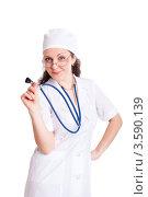 Портрет женщины врача со стетоскопом на белом фоне. Стоковое фото, фотограф Евгений Ковылин / Фотобанк Лори