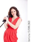 Красивая женщина в красном платье с микрофоном, белый фон. Стоковое фото, фотограф Евгений Ковылин / Фотобанк Лори