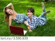Купить «Две девушки с ноутбуком в парке», фото № 3590839, снято 25 июля 2008 г. (c) Владимир Целищев / Фотобанк Лори