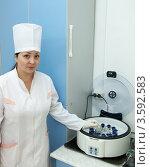 Купить «Врач стоит у центрифуги. Анализ крови», фото № 3592583, снято 5 декабря 2011 г. (c) Яков Филимонов / Фотобанк Лори
