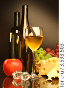 Купить «Композиция с бокалом белого вина, яблоком, виноградом и сыром», фото № 3593503, снято 13 мая 2012 г. (c) Виктор Топорков / Фотобанк Лори