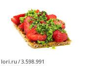Купить «Тост с клубникой и соусом из петрушки на белом фоне», фото № 3598991, снято 10 июня 2012 г. (c) Марина Сапрунова / Фотобанк Лори