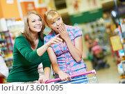 Купить «Две подруги в супермаркете», фото № 3601095, снято 18 июня 2012 г. (c) Дмитрий Калиновский / Фотобанк Лори