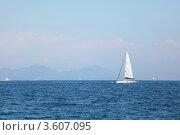 Купить «Яхта и море», фото № 3607095, снято 28 мая 2012 г. (c) Иван Михайлов / Фотобанк Лори