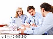 Купить «Деловые люди беседуют в офисе», фото № 3608203, снято 6 апреля 2012 г. (c) Raev Denis / Фотобанк Лори