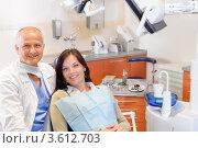 Купить «Улыбающиеся пациентка и зубной врач на фоне кабинета», фото № 3612703, снято 29 апреля 2012 г. (c) CandyBox Images / Фотобанк Лори