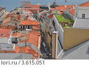 Черепичные  крыши в Лиссабоне, Португалия (2012 год). Редакционное фото, фотограф юлия заблоцкая / Фотобанк Лори