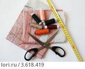 Рукоделие, ножницы, нитки, выкройки (2012 год). Редакционное фото, фотограф Оленька Винник / Фотобанк Лори