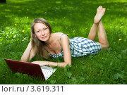 Купить «Привлекательная девушка с ноутбуком в парке», фото № 3619311, снято 25 июля 2008 г. (c) Владимир Целищев / Фотобанк Лори