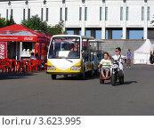 Купить «Экскурсионный поезд в  Парке Победы. Поклонная Гора. Москва», эксклюзивное фото № 3623995, снято 19 июня 2012 г. (c) lana1501 / Фотобанк Лори