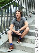 Задумчивый мужчина сидит на ступеньках. Стоковое фото, фотограф Игорь Долгов / Фотобанк Лори