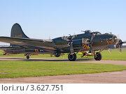 Купить «Бомбардировщик B-17 рулит на взлет», фото № 3627751, снято 10 октября 2010 г. (c) Василий Фирсов / Фотобанк Лори