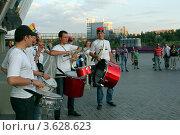 Купить «Футбольные болельщики с барабанами», фото № 3628623, снято 27 июня 2012 г. (c) Валентин Лещименко / Фотобанк Лори