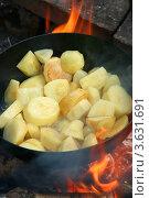 Молодая картошка жарится в казане на открытом огне. Стоковое фото, фотограф Щеголева Ольга / Фотобанк Лори