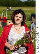 Купить «Взрослая женщина с букетом полевых цветов», фото № 3634147, снято 11 июня 2011 г. (c) Losevsky Pavel / Фотобанк Лори
