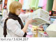 Купить «Девушка выбирает матрас в магазине», фото № 3634267, снято 11 марта 2011 г. (c) Losevsky Pavel / Фотобанк Лори