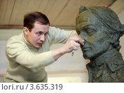 Купить «Скульптор работает над пластилиновым макетом бюста А.В. Суворова», фото № 3635319, снято 29 марта 2011 г. (c) Losevsky Pavel / Фотобанк Лори